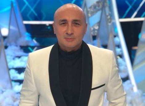 Marcel Pavel pe platoul de filmat, la costum alb si camasa neagra