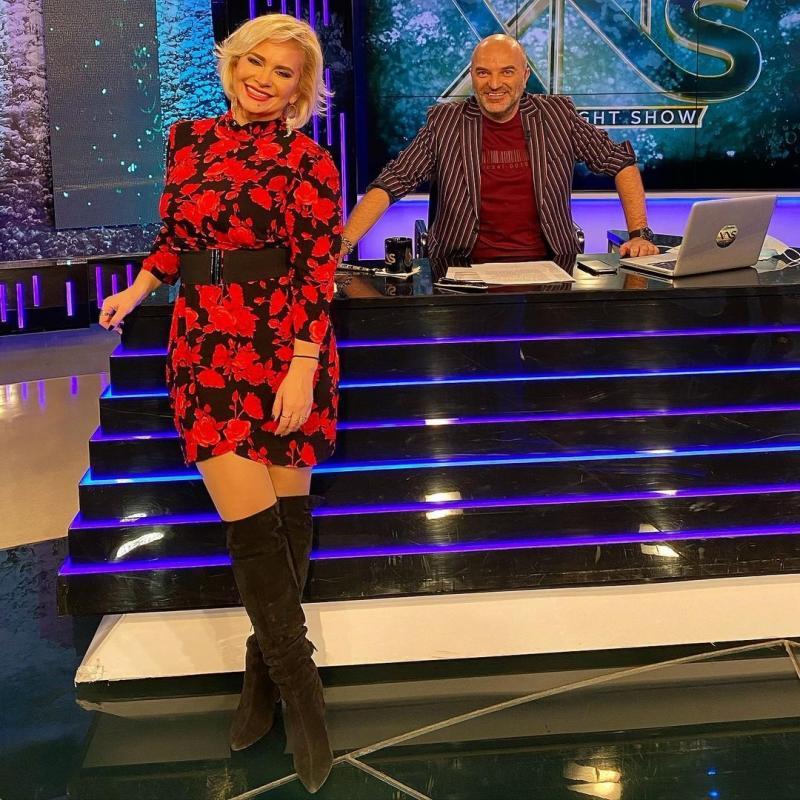 """Paula Chirilă în rochie roștie, alături de Dan Capatos, în platoul emisiunii """"Xtra Night Show"""""""