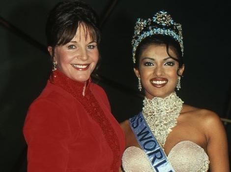 Priyanka Chopra alături de organizatoarea concursului internațional de frumusețe Miss Univers 2000