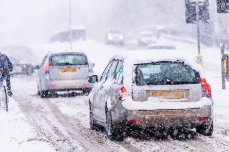 Mașini înzăpezite, ca urmare a ninsorilor abundente
