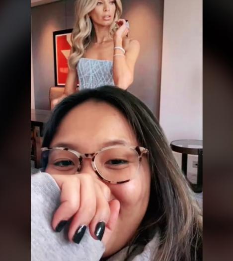 Anna Dinh într-un clip de pe Tik Tok, arătând ce rochie și-a comandat de pe internet