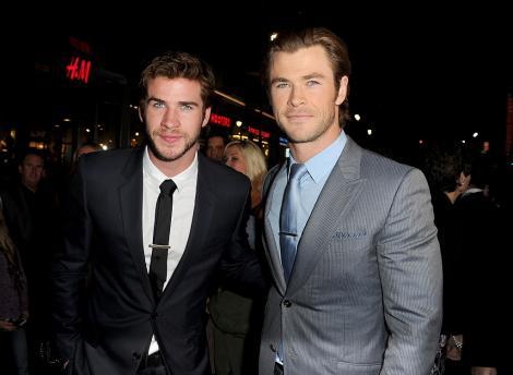Chris Hemsworth și-a surprins fanii cu o fotografie din copilărie, alături de fratele său mai mic. Cum arătau cei doi
