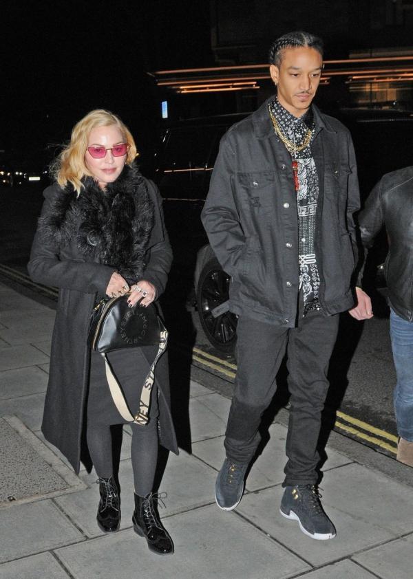 Madonna și Ahlamalik Williams, iubitul său, ținându-se de mână
