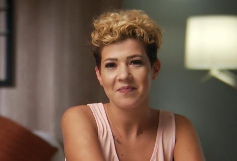"""Portret cu Geanina Obreja, în timp ce dă interviu în emisiunea """"Insula iubirii"""""""
