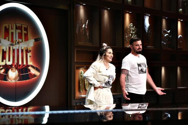 Adda și Cătălin Rizea, purtând ținute albe, în platoul emisiunii Chefi la cuțite