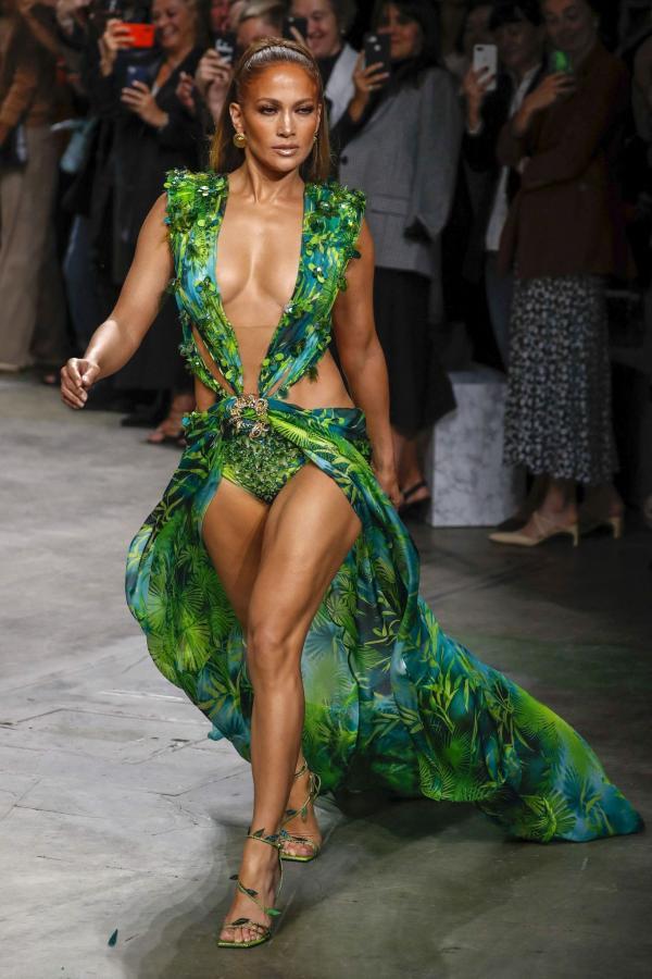 Jennifer Lopez pe podium, intr-o rochie verde provocatoare, iar oamenii o fotografiaza