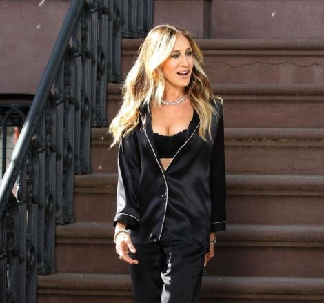 sarah jessica parker imbracata intr-o pijama neagra cu decolteu generos