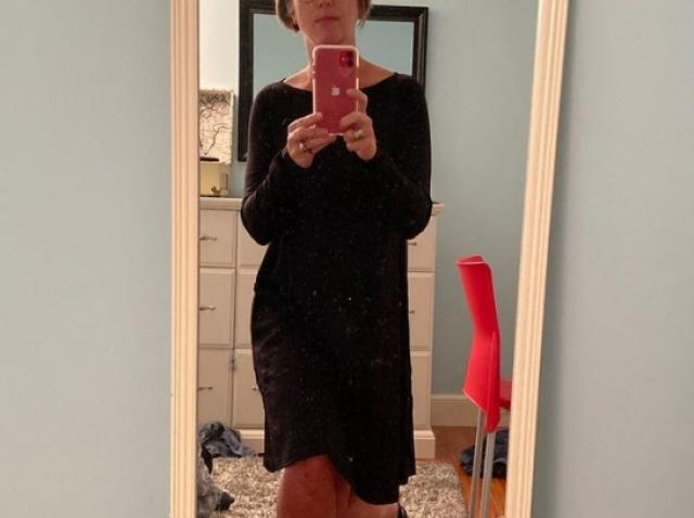 Sarah Robbins-Cole, făcând un selfie cu rochia pe care a purtat-o timp de 100 de zile