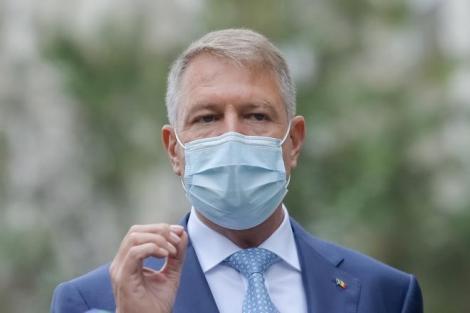 Klaus Iohannis, purtând mască de protecție și sacou albastru