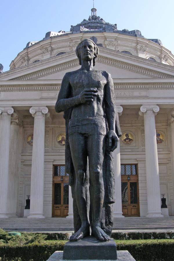 Statuia lui Mihai Eminescu de la Atenetul Român, cadru contra-plonje