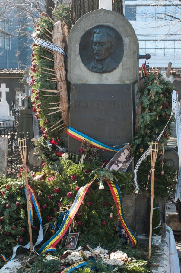 Mormântul lui Mihai Eminescu, acoperit de coroane de flori