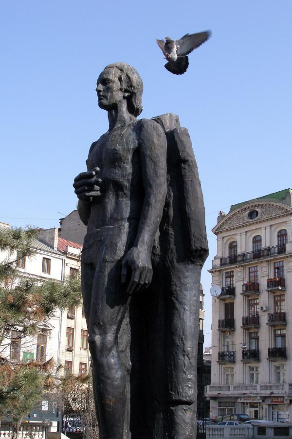Statuia lui Mihai Eminescu de la Atenetul Român, privită din lateral