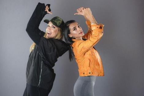 """Alexandra Matei și celebra sa mamă, Nico, pozând într-un studio pentru """"Asia Express"""" sezonul 3, de la Antena 1"""