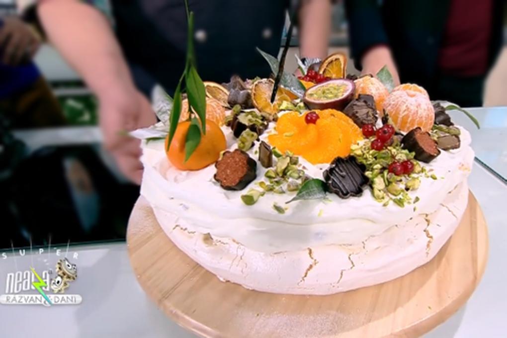 Tort Pavlova cu frișcă și fructe de iarnă