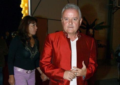 Irinel Columbeanu intr-un sacou rosu si cu o camasa alba
