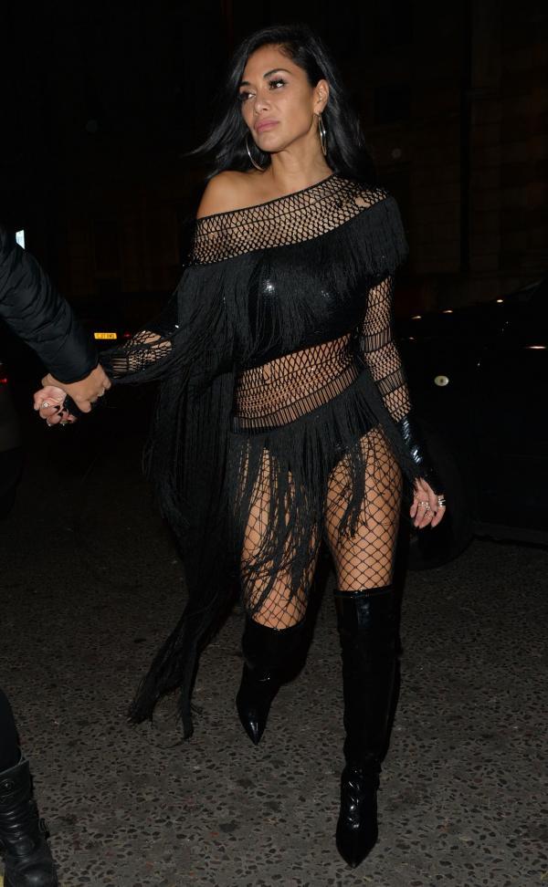 Nicole Scherzinger pe strada, intr-o rochie plasa neagra si cizme pana la genunchi
