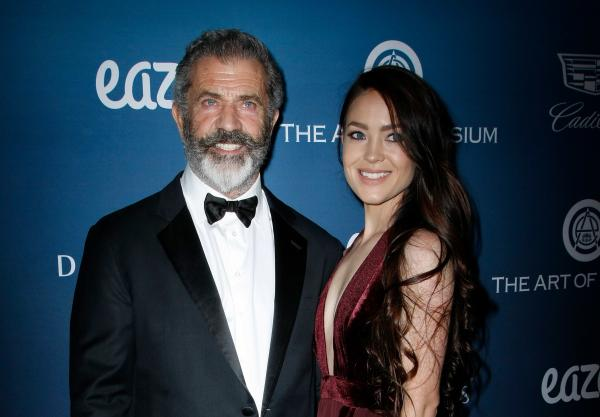 Mel Gibson si Rosalind Ross pe covorul rosu