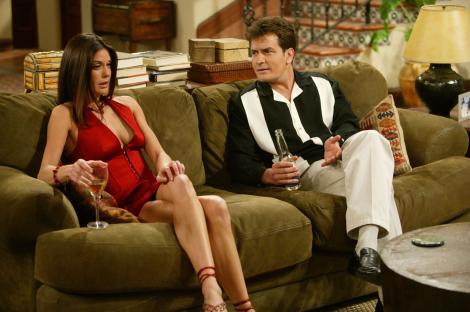 """Charlie Sheen a ajuns la """"criză financiară"""". Ce s-a întâmplat cu averea actorului care câștiga 1.8 milioane de dolari pe episod"""