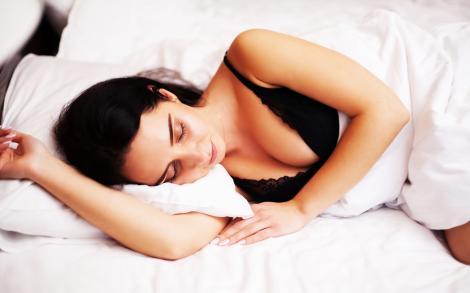 tanara care doarme intr-o camasa de noapte de culoare neagra