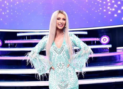 Andreea Bălan pe platoul de filmare al emisiunii Te cunosc de undeva, imbracata intr-o rochie albastra