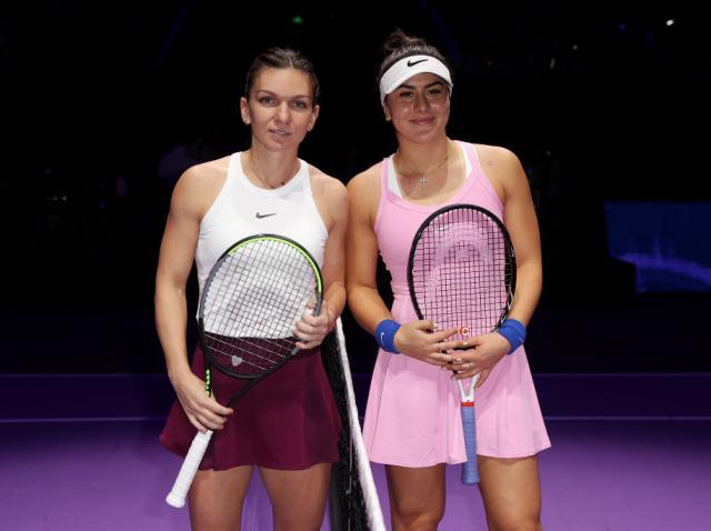 Simona Halep si Bianca Andreescu cu o paleta de tenis in mana