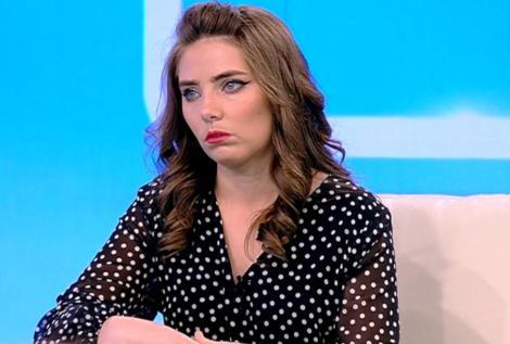 """Vulpița Veronica din Blăgești la emisiunea """"Acces Direct"""", având lacrimi în ochi"""