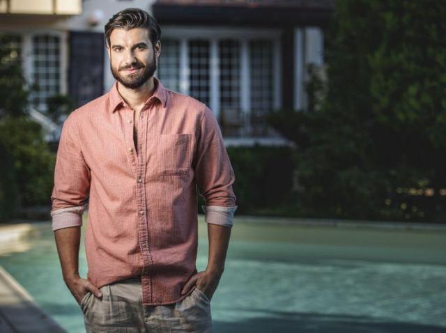 """Imagine cu Andi Constantin, protagonistul emisiunii """"Burlacul"""" de la Antena 1, îmbrăcat în cămașă de culoare roz"""