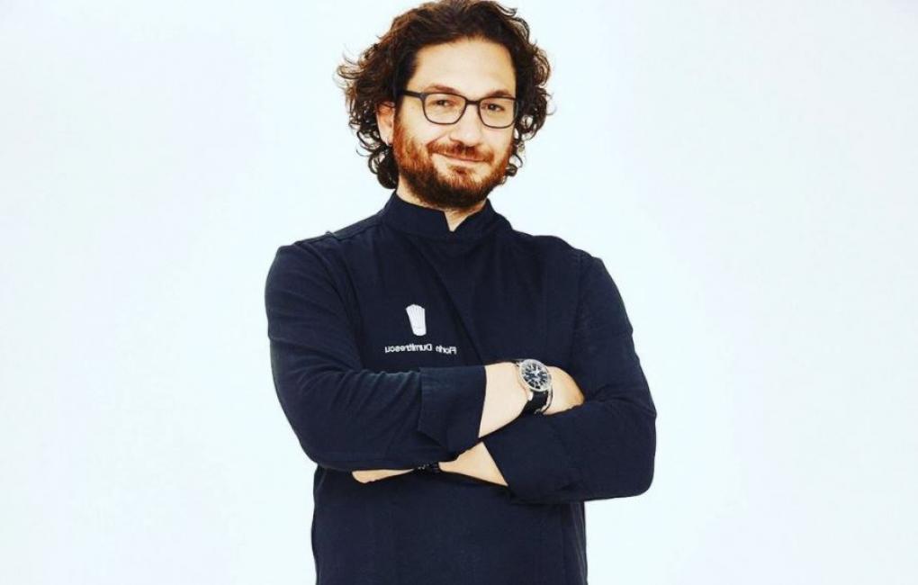 Florin Dumitrescu intr-o tunică neagra