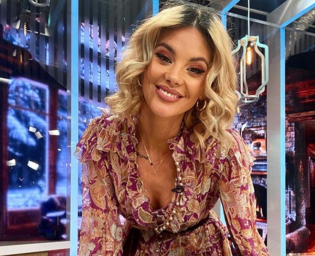 Ramona Olaru in platoul emisiunii Neata cu Razvan si Dani, este imbracata intr-o rochie inflorata si zambeste