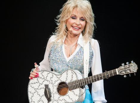 Dolly Parton, Glastonbury, costum alb, chitara