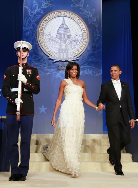 michelle si barack obama, in timpul balului de inaugurare din 2009