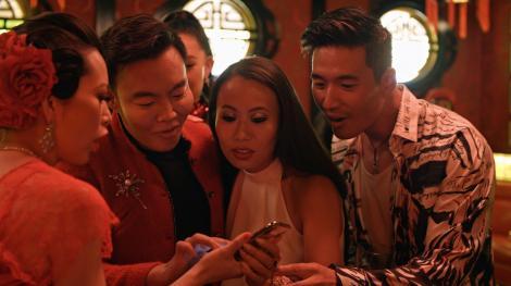 Christine Chiu, Kane Lim, Kelly Mi Li, Kevin Kreider privesc spre ecranul telefonului