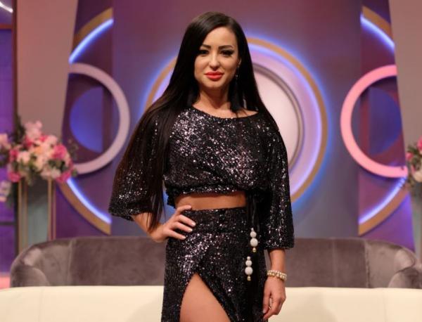 Claudia Shik, fotografie intr-un compleu negru, in platoul mireasa