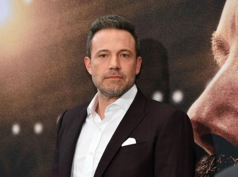 Ben Affleck imbracat la sacou negru si camasa alba