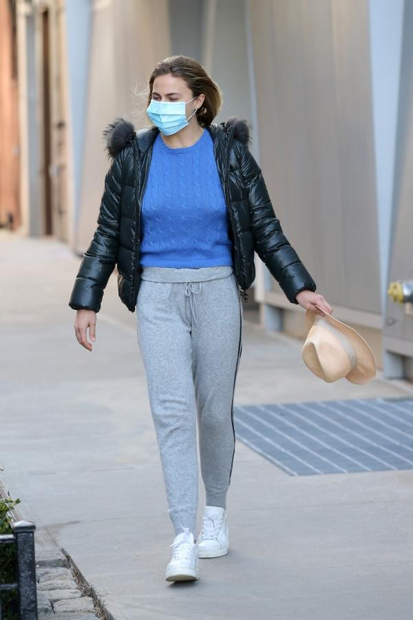 tatiana shayk, sora modelul irina, in timp ce iese la plimbare imbracata casual