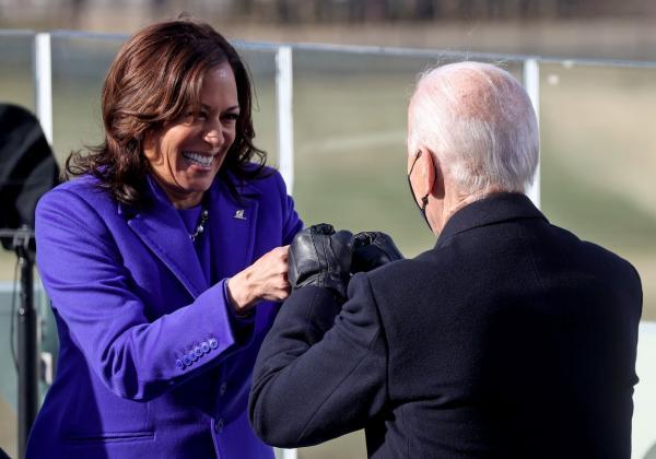 Kamla Harris, în violet, felicitându-l pe președintele Joe Biden, în negru