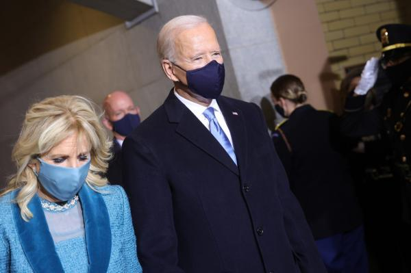 Jill Biden în albastru, alături de Joe Biden, în negru, la ceremonia de învestire