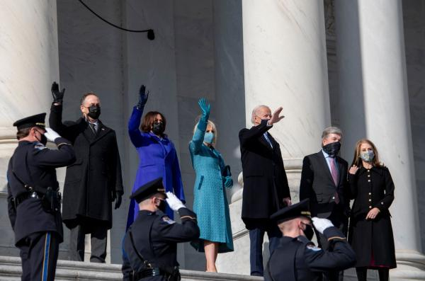 Joe Biden, Jill Biden și Kamala Harris, făcând cu mâna în fața populației americane, 20 ianuarie, 2021