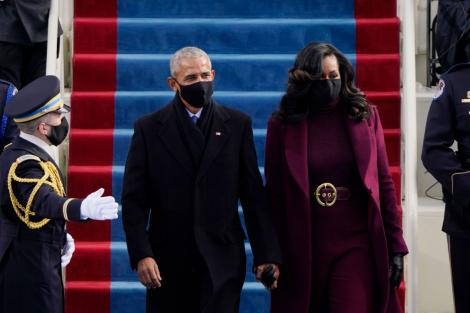 Michelle Obama, într-o ținută grena, alături de Barack Obama, la ceremonia de învestire a lui Joe Biden