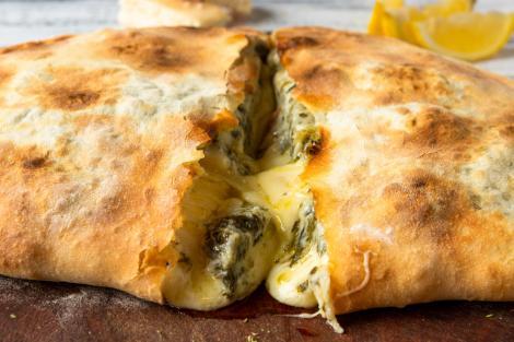 pizza calzone cu spanac și brânzeturi și blat de pizza by Jamie Oliver