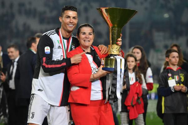 Cristiano Ronaldo alături de mama sa