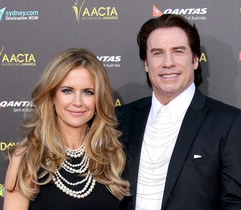 John Travolta si soția lui pe covorul rosu, amandoi imbracati in haine negre