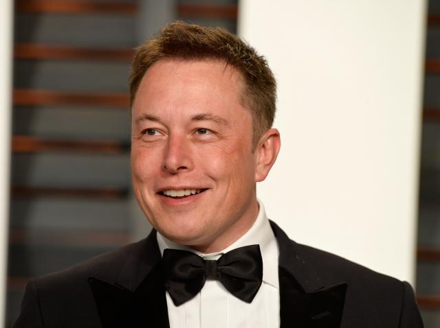 Elon Musk, la costum, papion, covorul rosu