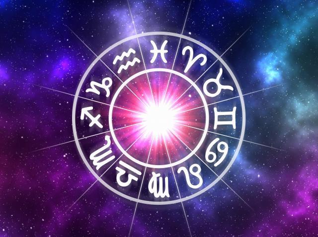 Semne zodiacale pe fundal de galaxie