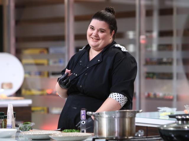 """Claudia Radu gătind în bucătăria emisiunii """"Chefi la cuțite"""", sezonul 8"""