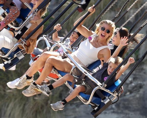 Elsa Pataky, copii Chris Hemsworth parc de distractii, leagan