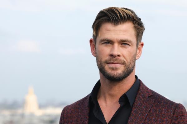 Chris Hemsworth, costum visiniu, bluza neagra