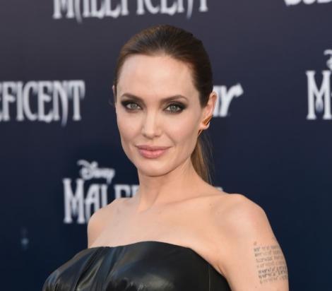 Angelina Jolie intr-un top din piele negru și cu parul prins