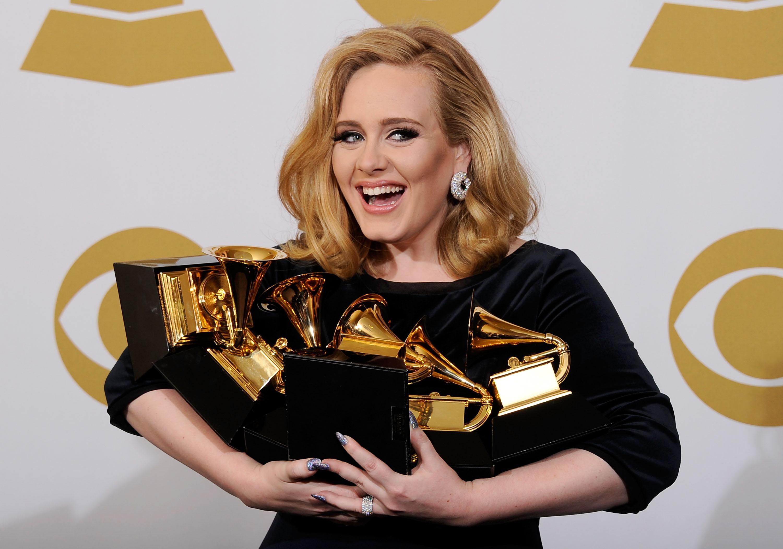 Adele, premiile grammy, cu premiile in brate, rochie neagra