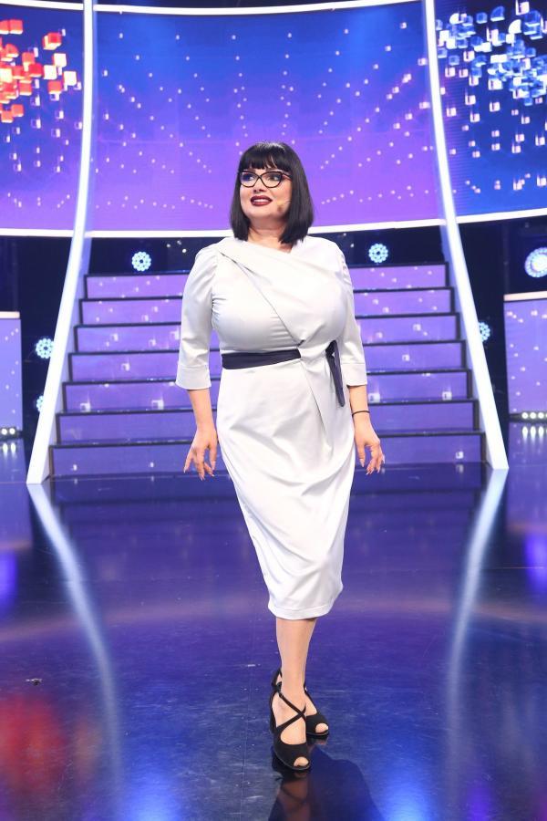 Ozana Barabancea, într-o rochie albă, peste genunchi, în platoul emisiunii Te cunosc de undeva!